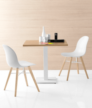 chaise en bois clair et polypropylène blanc