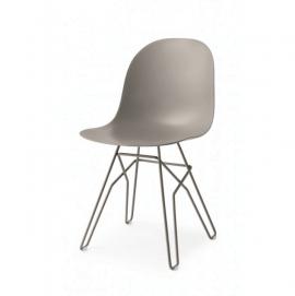 chaise avec pieds en acier design et assise en polypropylène