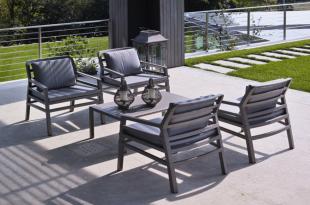 assises lounge modernes avec coussins noirs