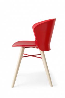 chaise design en bois clair et polypropylène rouge