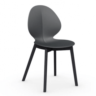 chaise design en bois noir et polypropylène
