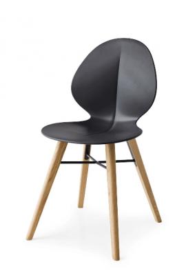 chaise design en bois clair et polypropylène