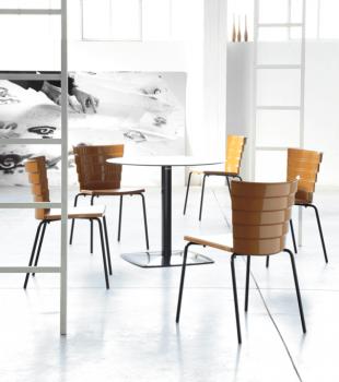 chaise design en acier et pvc brillant coloré