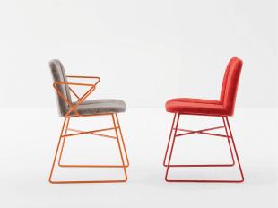 chaises design colorées gris et noir style contemporain