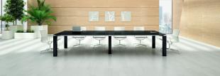 table noire laquée et sièges blancs modernes pour entreprise