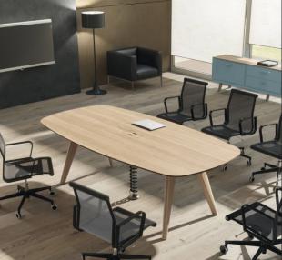 table moderne en bois et sièges pour espace réunion