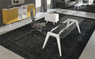 bureau design en bois blanc et plateau en verre