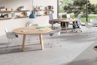 bureau et table en bois clair pour open space