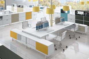 aménagement design moderne et coloré d'un open space