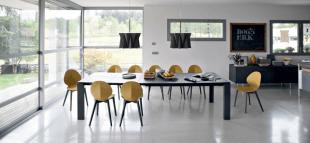 chaise jaune et luminaire design style contemporain