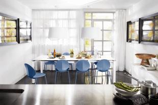 chaise design bleue et luminaire style contemporain