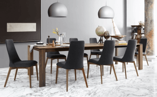 chaises rembourées design et luminaire contemporain