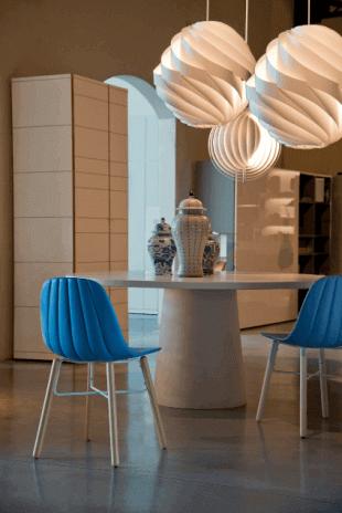 chaise bleue et luminaire inspiration scandinave