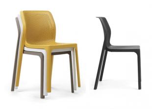 chaises d'extérieur classiques colorées jaune noir blanc