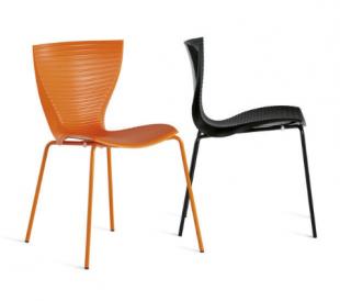 chaises aux formes design en acier laqué orange et noir