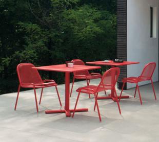 chaises et table d'extérieur en acier perforé rouge classique