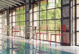 chaises d'extérieur en acier ajouré rouge ou beige