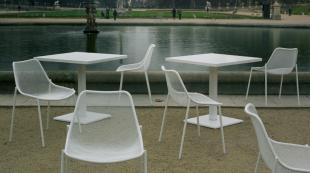 chaises d'extérieur en acier perforé blanc