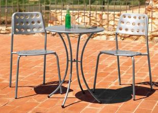 chaise d'extérieur en acier perforé style industriel