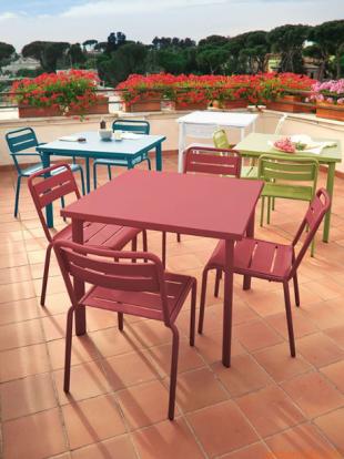 chaises d'extérieur en acier laqué coloré rouge vert bleu