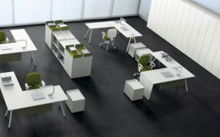 bureaux opératifs et rangements colorés en bois