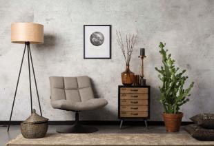 luminaire et fauteuil bas en tissu inspiration vintage
