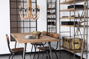 mobilier en bois patiné et luminaire vintage