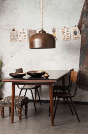 mobilier en bois et luminaire en cuivre vintage