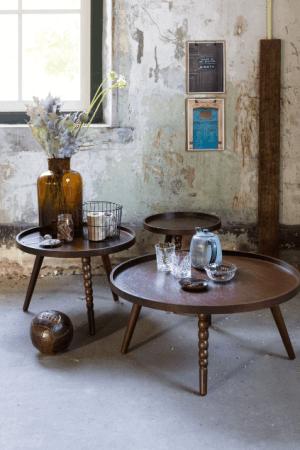 table en bois et décoration en cuivre style vintage