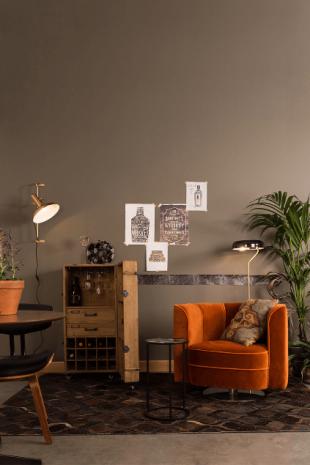 fauteuil orange et mobilier en bois style vintage