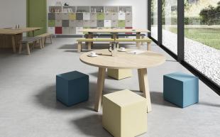 aménagement espace détente table en bois et poufs colorés