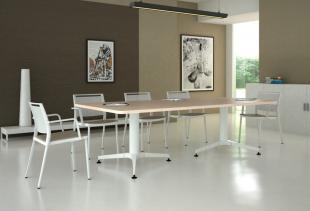 espace réunion table et chaises assorties bois clair et blanc