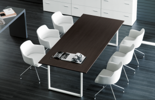 espace réunion table en bois foncé et sièges en cuir blanc