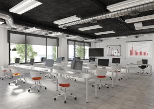 aménagement d'open space avec bureaux en métal blanc