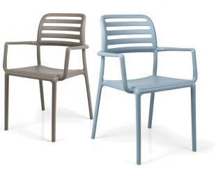 chaises d'extérieur colorées bleu ciel ou beige