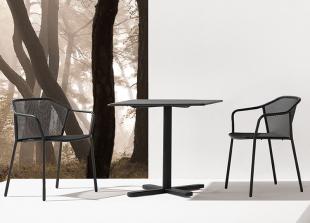 chaises en acier perforé noir