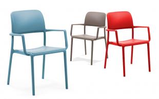 chaises d'extérieur en acier coloré bleu rouge ou beige