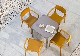 chaises d'extérieur vintage jaune moutarde