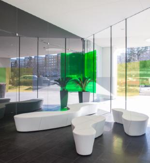 banquettes design blanches pour espace d'accueil d'entreprise