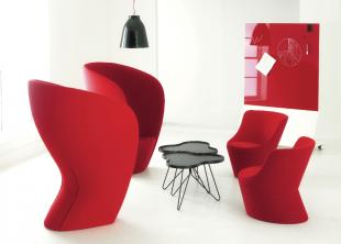 fauteuils design rouges avec table et luminaires noirs
