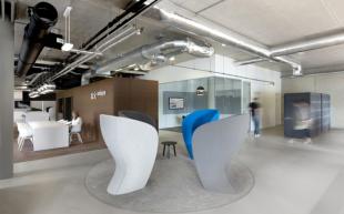 fauteuils design colorés pour espace détente d'entreprise