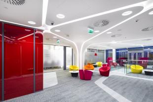 aménagement espace accueil ambiance futuriste colorée