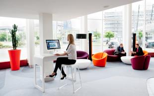espace détente pour entreprise avec banquettes colorées