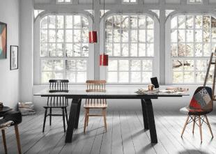 chaises et table et bois et luminaire design