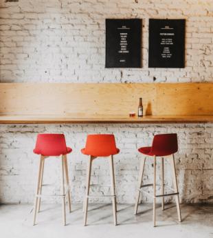 tabouret de bar en bois et polypropylène rouge
