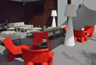 sièges lounge design en polypropylène rouge