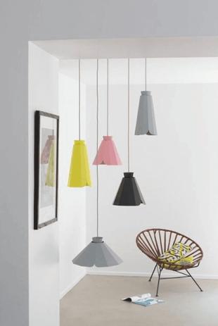 chaise design et luminaires colorés rose jaune et gris