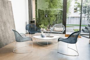 table basse design et chaises en métal bleu
