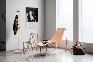 table design et chaise longue cuivrée style contemporain
