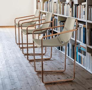 chaise design pieds cuivrés style contemporain